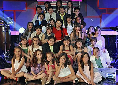 Los 29 niños de 'Cántame una canción', alrededor de la presentadora, Pilar Rubio. (Foto: Tele5)