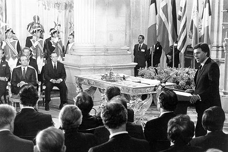 El entonces presidente del Gobierno, Felipe González, en la firma del Tratado de Adhesión. | EL MUNDO