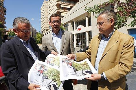 Senent, Clemente y Domínguez muestran imágenes de la furgoneta. | Vicent Bosch