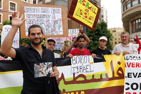 El periodista David segarra, durante la concentración a favor de los palestinos.   Vicent Bosch