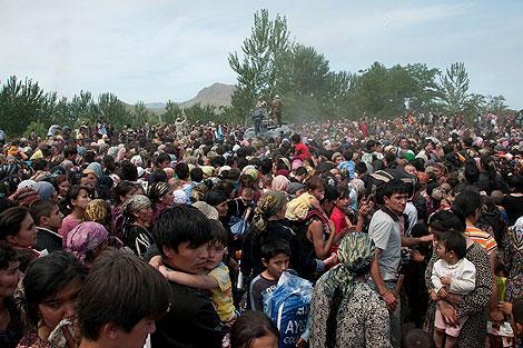 Cientos de uzbecos tratando de huir de la violencia en la frontera.   AP