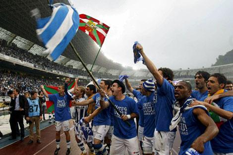 Los jugadores de la Real celebran el ascenso. | Efe
