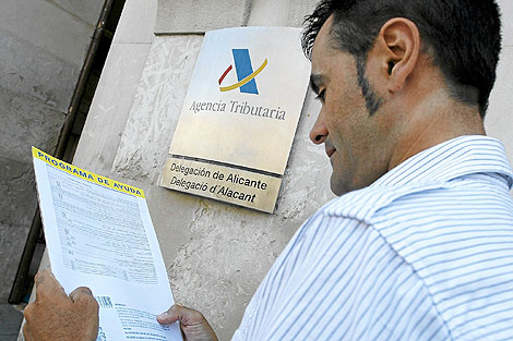 Un hombre revisa su declaración de la renta.   ELMUNDO.es