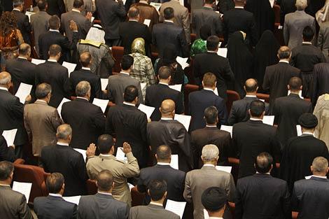 Los diputados del nuevo Parlamento iraquí, durante la sesión inaugural. | AP