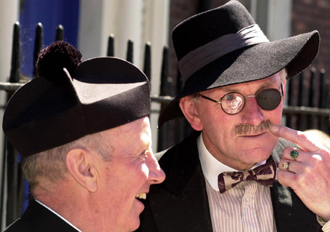 Un actor disfrazado de James Joyce durante el 'Bloomsday'. | AP