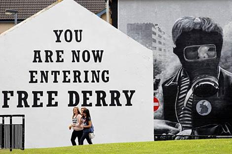Un mural recuerda la batalla del Bogside, en Londonderry (Ulster). | AP