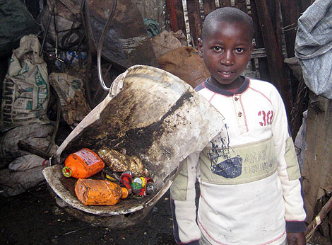 Un niño keniano que recoge chatarra.   J.S.