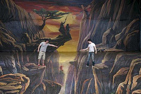 Dos hombres chinos, sobre un escenario para una versión 3D del 'Quijote'. | Efe