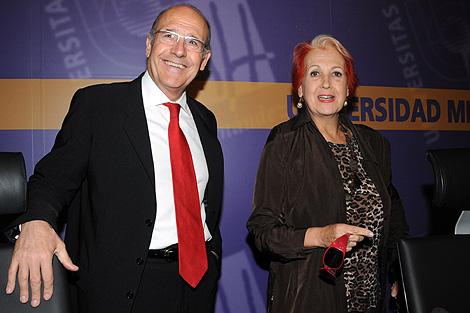 El rector de la UMH, Rodríguez Marín y la periodista, Rosa María Calaf. | Cristóbal Lucas