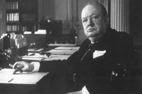 Churchill, en su despacho de Downing Street