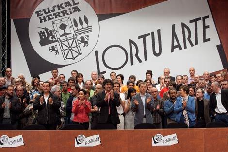 Jone Goirizelaia, Pello Urizar y Rufi Etxebarria aplauden en primera fila en el acto. | Mitxi