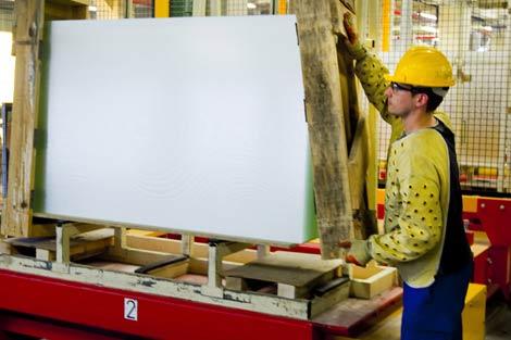 Un operario de Guardian en pleno proceso de trabajo con el vidrio. | Iñaki Andrés