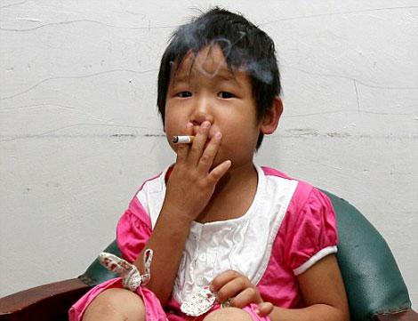 Ya Wen, la niña china adicta al tabaco y la cerveza. | 'Daily Mail'