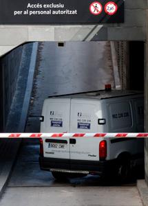 Una furgoneta traslada los restos.| Efe