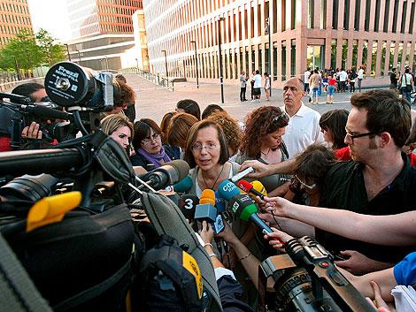 La consellera de Justicia, Monteserrat Tura, atiende a los medios de comunicación.   Efe