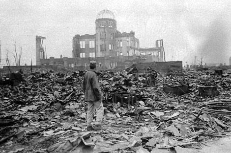 Un periodista mira la ruina de Hiroshima tras ser lanzada la bomba atómica.   E. M.
