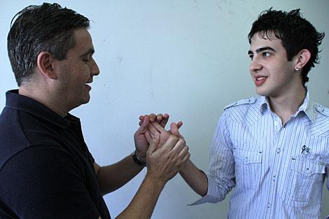 Javier García Pajares (derecha), con su mediador. | Alberto Cuéllar