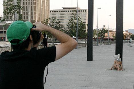 Marc Montijano fotografía su acción artística. | C. Díaz