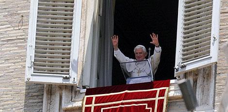 El Papa saluda a los fieles durante el Ángelus. | Efe