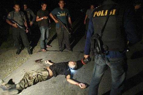 Miembros de 'Destacamento 88', tras matar a un sospechoso terrorista en Aceh.   Ap