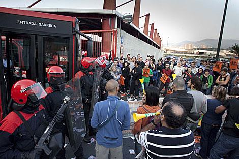 Ertzainas fente a piquetes que impiden la salida de Bilbobus de las cocheras. | I. Andrés