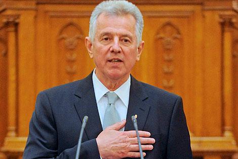 Pal Schmitt jura su cargo tras ser elegido presidente. | Efe