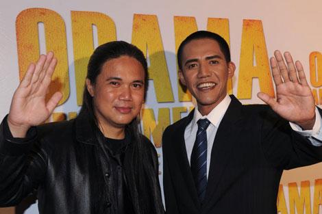El director Dematra (izqda.), junto a Anas, el indonesio que se parece a Obama. | Afp