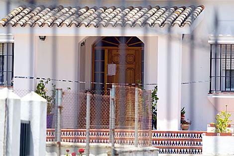 La vivienda donde han aparecido los cuerpos, precintada jucidialmente. | José F. Ferrer