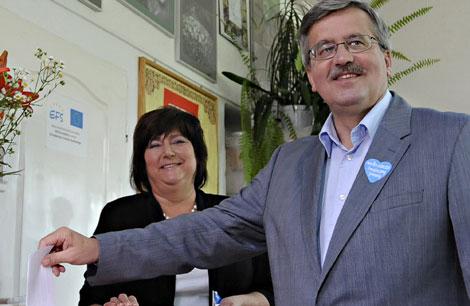 Komorowski vota en presencia de su esposa.| Ap