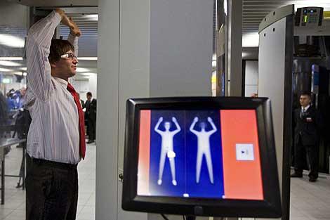 Un empleado del aeropuerto Shipol prueba un escáner corporal. | AP