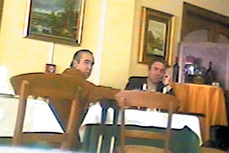 Ángel Fenoll y el edil Jesús Ferrández, en una imagen de las grabaciones del caso. | E.M.