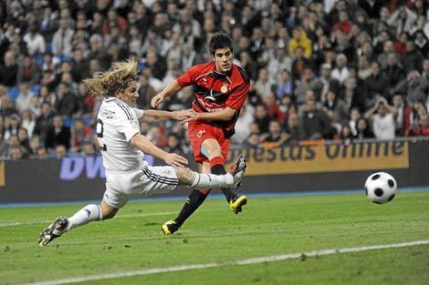 Paúl Abasolo supera a Míchel Salgado para marcar en el Bernabéu. | Carlos Barajas