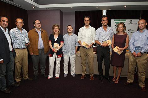 La consejera de Cultura, Mª José Salgueiro, en el centro, y Vidal Arranz, director de EL MUNDO DE CASTILLA Y LEÓN, a la izquierda, duramte la presentación de la guía | J.M. Lostau