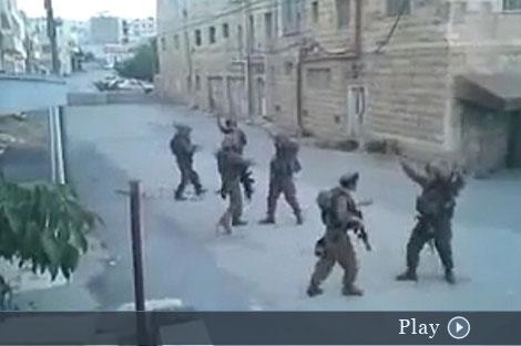 Los soldados israelíes, en plena coreografía.
