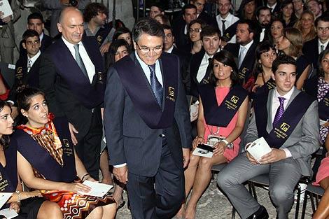 Ginés Clemente con los licenciados. | Rosa Blanco