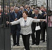 Carmen Avendaño, abriendo la verja del Pazo Baión en el año 2008. | Efe