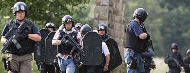 La Policía y la población se han mantenido 'en jaque' durante horas. | Afp