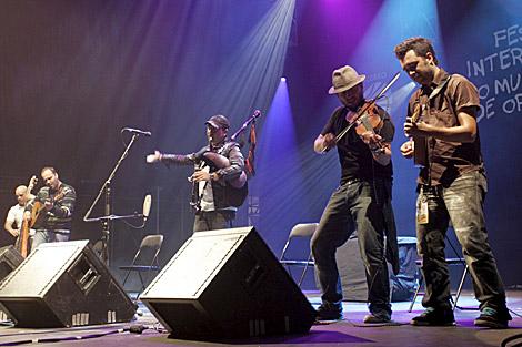 El gaitero Anxo Lorenzo y su banda de violines. | Efe