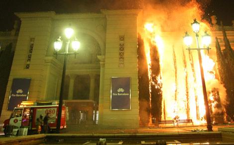Algunos aficionados provocaron incendios en el recinto de Fira. | Quique García