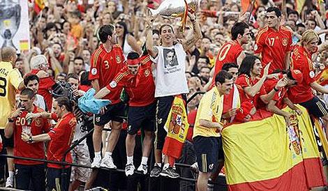 Los jugadores celebrando la victoria de la Eurocopa en junio de 2008.
