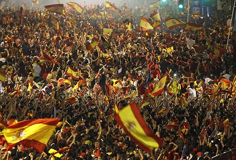 Desde la pantalla gigante del Paseo de Recoletos miles de aficionados siguieron la final de la Copa del Mundo.   AP