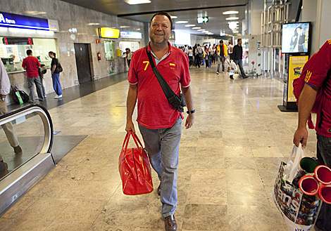 Monteseirín camina solo por la terminal de pasajeros de Madrid Barajas a su vuelta de Sudáfrica. | Óscar Monzón