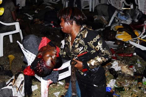 Una mujer llora ante una de las víctimas del atentado.   Ap