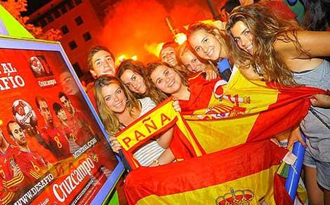 Unos aficionados celebran la victoria de la selección en las Tortugas.   Alberto Vera