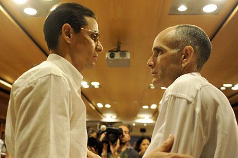 Los disidentes Normando Hernández (izda.) y José Luis García Paneque, en Madrid. | Afp