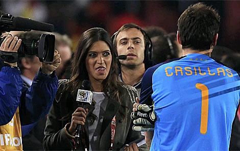 Carbonero espera para realizarle una entrevista a Casillas. | Reuters