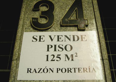 Cartel que oferta un piso en el centro de madrid. | J. F. L.
