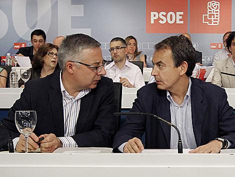 Blanco y Zapatero charlan antes del inicio del Comité Federal.   Alberto Di Lolli