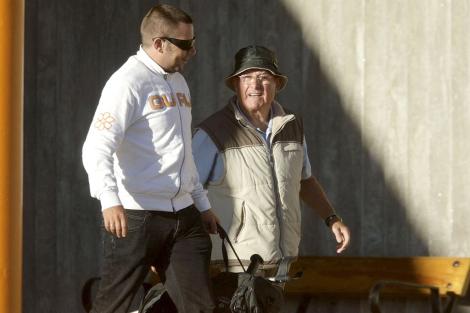 Manuel Charlín (dcha), tras salir de la cárcel de A Lama en Pontevedra. | Efe