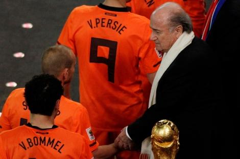 El presidente de la Fifa, Joseph Blatter, en la entrega de medallas a Holanda. | AP